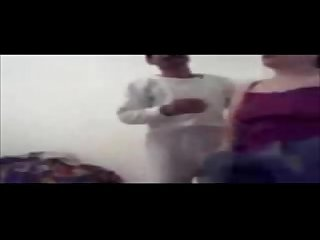 Coulpe arabe joue dans une chambre