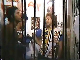 Bandidos heteros rindo e humilhando bicha que passou cheque na cadeia