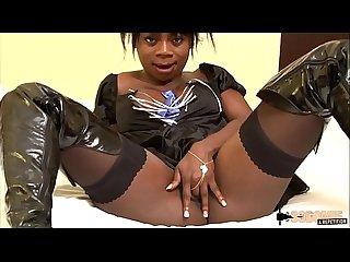 Naomie, petite blackette, veut percer dans le monde du X