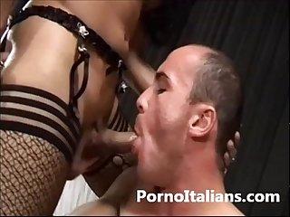 Trans porcella spompinata da maschio muscoloso